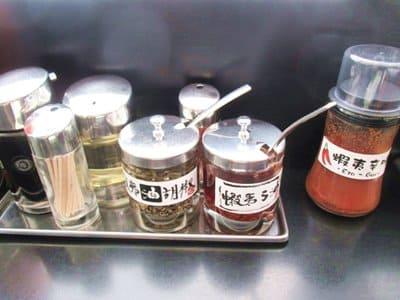 麺厨房あじさいに置いてある調味料
