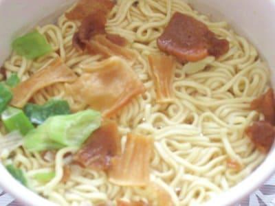 熱湯を注いで2分後の函館麺厨房あじさいのカップ麺