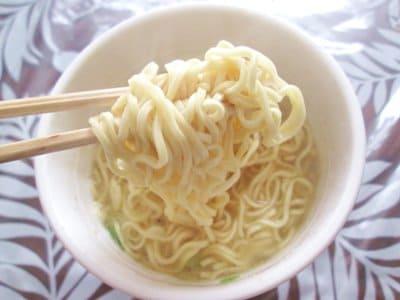 函館麺厨房あじさいのカップ麺の麺