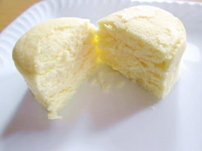メルチーズプレーンを半分に割ったところ