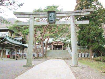 函館八幡宮の神威の文字が書かれた鳥居