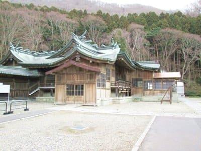 函館八幡宮の社殿を横から見たところ